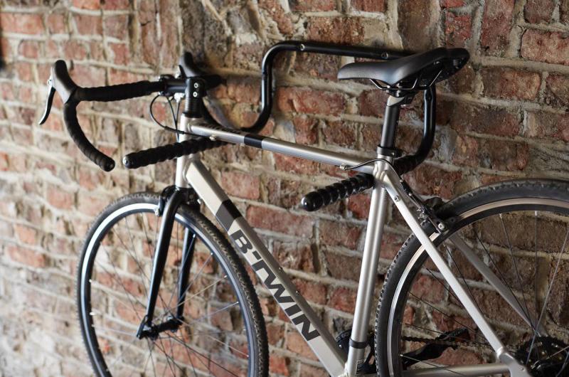 Ganchos para guardar dos bicicletas en poco espacio