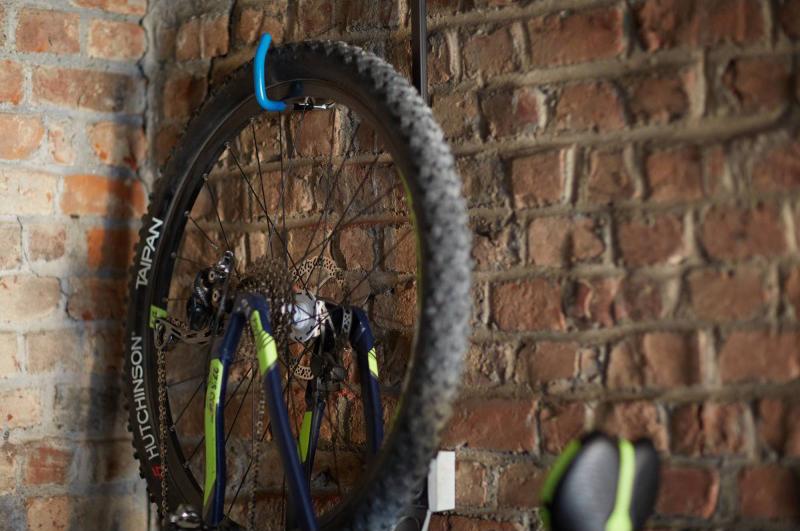 Ganchos para guardar una bicicleta en poco espacio