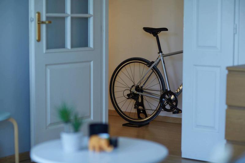 Soporte de pie para guardar bicicletas en poco espacio