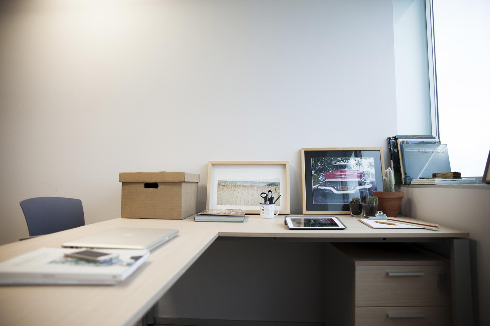 Alquiler de despacho individual con mesa y cajonera. Espaciogeo Vigo
