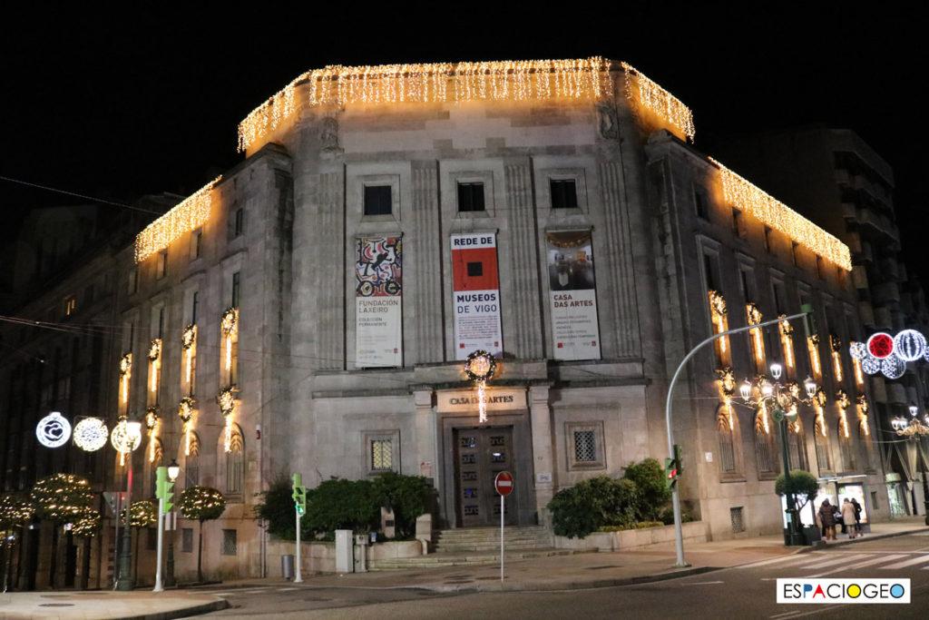 Iluminación de la Casa das Artes en Policarpo Sanz en Vigo