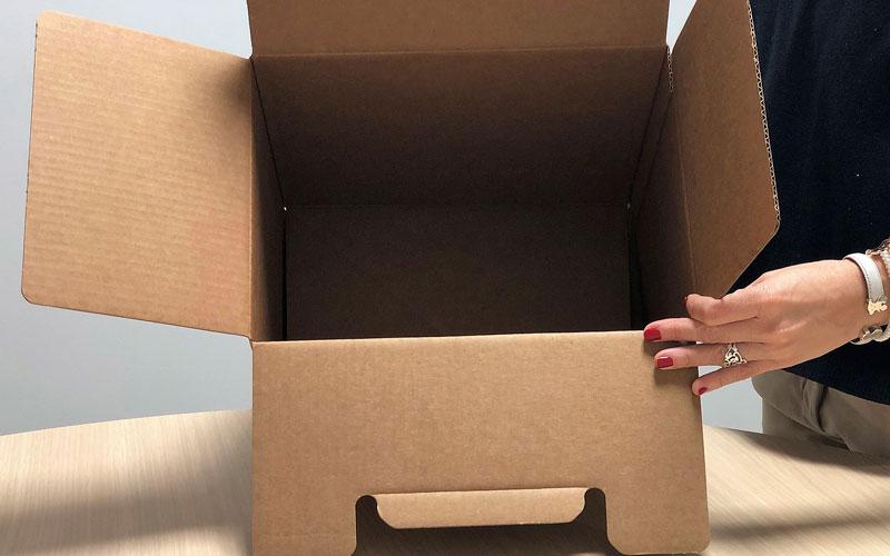 Caja de cartón para envíos mediana abierta
