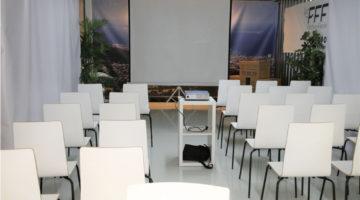 alquiler-showroom-retroproyector-pantalla